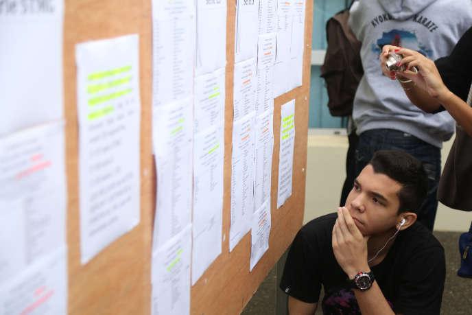 Un lycéen consulte les résultats du baccalauréat