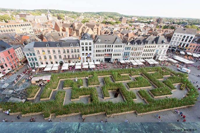 « Sun City», l'installation imaginée parFanny Bouyagui/Art Point M, un labyrinthe géant de fleurs, ici en 2015 à Mons, en Belgique.