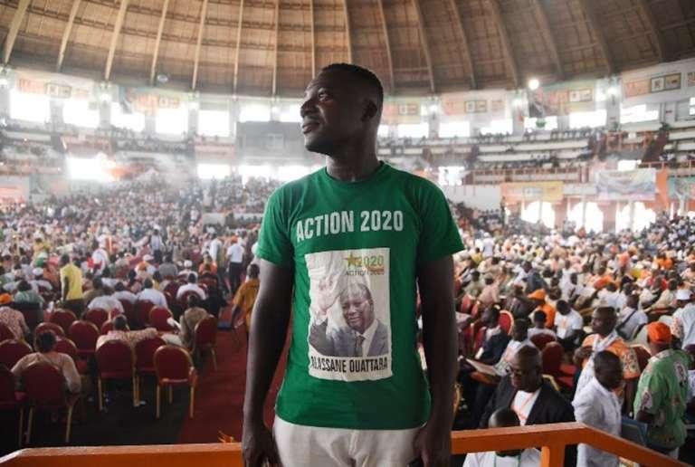 Un jeune homme porte un tee-shirt à l'effigie du président ivoirien Alassane Ouattara, durant un congrès du parti du RDR, le 5 mai 2018 à Abidjan.