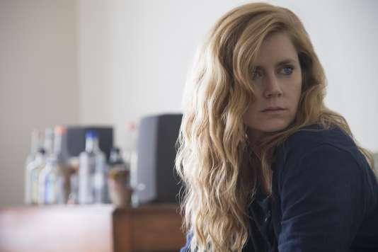 Amy Adams incarne Camille Preaker, une journaliste qui retourne dans sa ville natale pour enquêter sur un double meurtre.