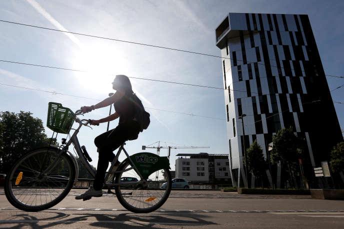 Une cycliste à Strasbourg, le 14 juin.