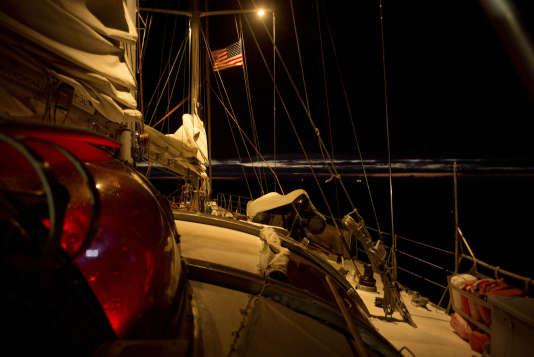 Traversée du Pacifique Nord de Honolulu - Hawaï à Portland - Oregon à travers le Great Pacifique Garbage Patch.  Jour 17 : Terre en vue ! Arrivée à Astoria - Oregon. Jonathan Lancelot va préparer l'arrivée à quai de Tara.