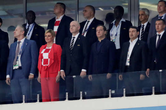 Kolinda Grabar-Kitarovic, entourée notamment du président de la FIFA, Gianni Infantino, et du premier ministre russe, Dmitry Medvedev.