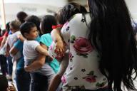 Des familles patientent pour accéder au bureau de l'immigration de McAllen, au Texas, le 22 juin 2018.