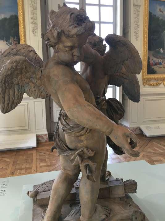 « Amours soufflant de la trompette et tenant une couronne royale», en plomb doré, dus au sculpteur François Lespingola. Ils décoraient un pavillon situé dans un des bosquets.