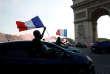 La foule fête la victoire des Bleus contre l'Uruguay, devant l'Arc de Triomphe à Paris, le 6 juillet.