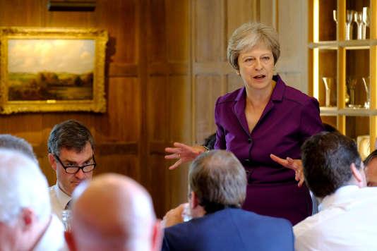 Réunion de l'exécutif autour de la première ministre britannique à Chequers au nord-ouest de Londres, le 6 juillet.