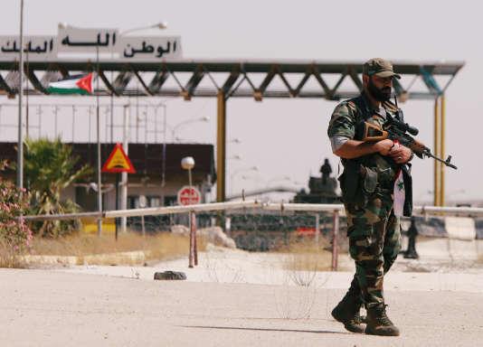 Un soldat syrien à la frontière avec la Jordanie, à Deraa en Syrie.