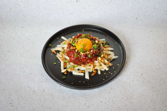 Un tartare de bœuf aux saveurs asiatiques, avec nashi, graines de sésame et sauce soja.