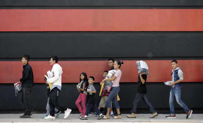 Des familles de migrants près de la frontière entre les Etats-Unis et le Mexique, à McAllen (Texas), le 24 juin.