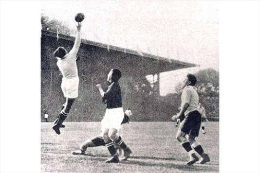 Le tournoi des Jeux olympiques de Paris en 1924, remporté par l'Uruguay, est le seul avec 1928 que la FIFA considère officiellement comme une proto-Coupe du monde.