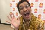 Durant une interview vidéo pour « Le Monde» lors de la Japan Expo,l'humoriste japonais Piko Taro a pu faire des selfies. Il a aussi raconté l'origine de sa chanson«Pen-Pineapple-Apple-Pen».