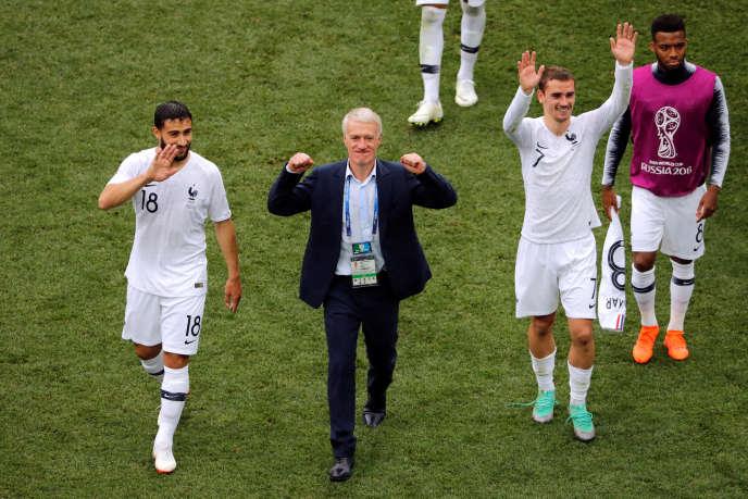 Le sélectionneur Didier Deschamps entouré de Nabil Fékir et Antoine Griezmann, lors du Mondial 2018.