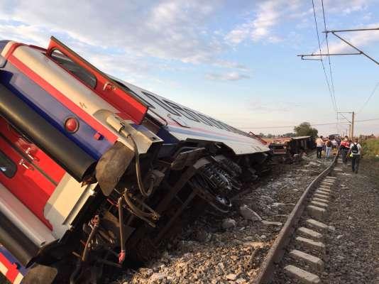Le déraillement d'un train, dans la région de Tekirdag, dans le nord-ouest de la Turquie, en Turquie d'Europe, a fait au moins 24 morts et des dizaines de blessés dimanche 8 juillet, rapporte la télévision publique TRT Haber, citant le ministère de la santé.