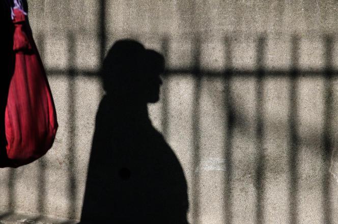 Un patiente est photographiée le 15 février 2007 dans l'enceinte de l'hôpital Sainte-Anne à Paris.