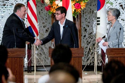 Mike Pompeo, saluant les ministres des affaires étrangères japonais Taro Kono et sud-coréen Kang Kyung-wha à Tokyo.