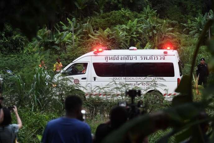 L'opération de sauvetage des douze adolescents et de leur entraîneur de foot coincés dans une grotte a commencé en Thaïlande, le 8 juillet 2018.