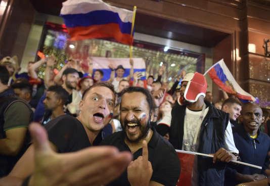 Des suporters russes dans les rues de Moscou, le 7 juillet.