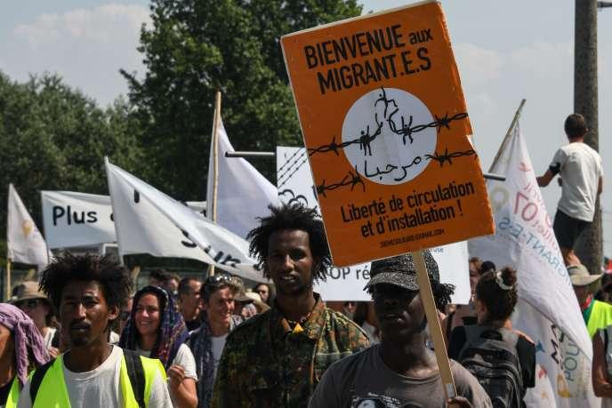 Des centaines de manifestants ont pris part à la «marche solidaire» organisée le 7juillet, en soutien aux migrants de Calais.