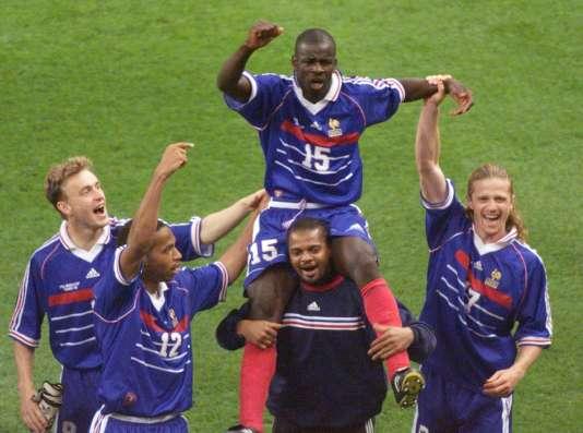 Lilian Thuram porté en triomphe par ses coéquipiers après la victoire face à la Croatie le 8 juillet 1998.