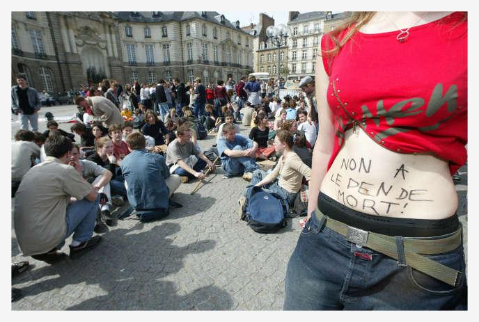 Plusieurs milliers de personnes manifestent le 23 avril 2002 dans les rues de Rennes pour protester contre la présence de Jean-Marie Le Pen au 2e tour de la présidentielle.