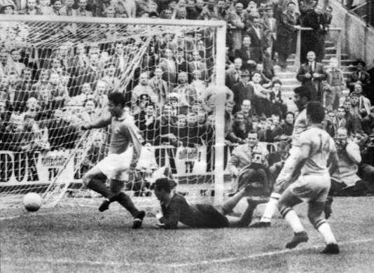 Just Fontaine a inscrit l'un de ses treize buts lors de cette Coupe du monde en demi-finale face au Brésil.