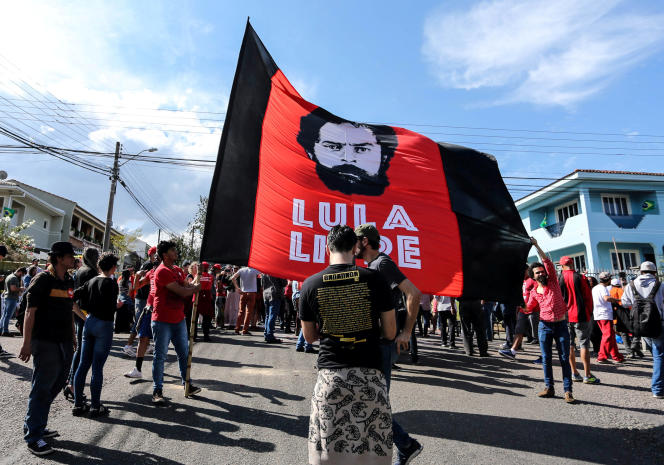 Des partisans de l'ex-président brésilien Lula devant les locaux de la police fédérale, à Curitiba, le 8 juillet.