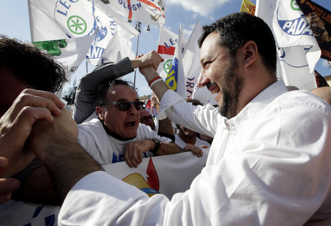 Matteo Salvini, secrétaire national de la Ligue du Nord, au milieu de ses partisans, lors d'un meeting à Rome, en février 2015.
