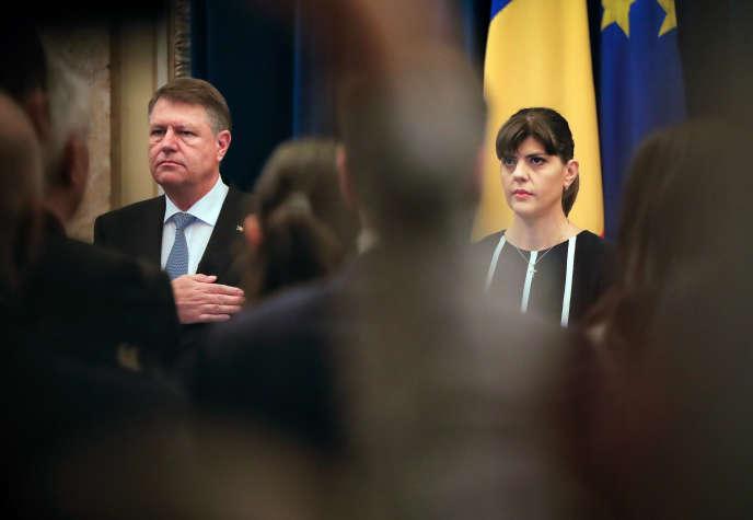 Le président roumain Klaus Iohhanis et la chef du Parquet national anticorruption (DNA), en février 2017 à Bucarest.
