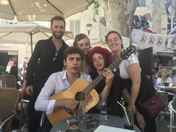 A une terrasse d'Avignon, la petite troupe qui interprète sur la scène du Théâtre des 3 soleils, «Britannicus On Stage», la pièce de Racine violemment revisitée.