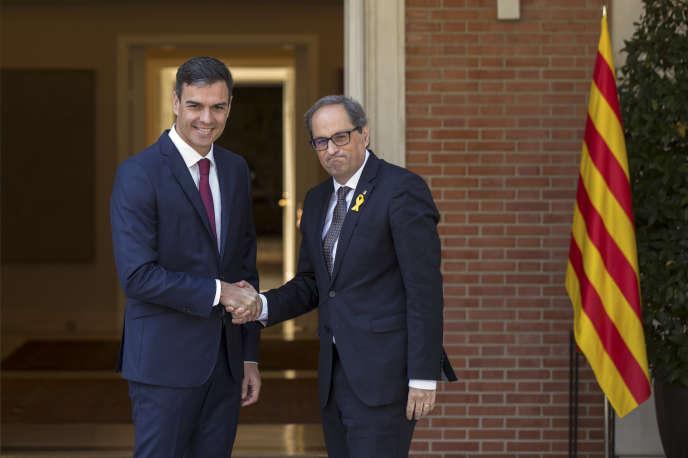 Le chef du gouvernement d'EspagnePedro Sanchez (socialiste), à gauche, accueille le président de la Généralité catalane, Quim Torra, au palais de La Moncloa, à Madrid, le 9 juillet.