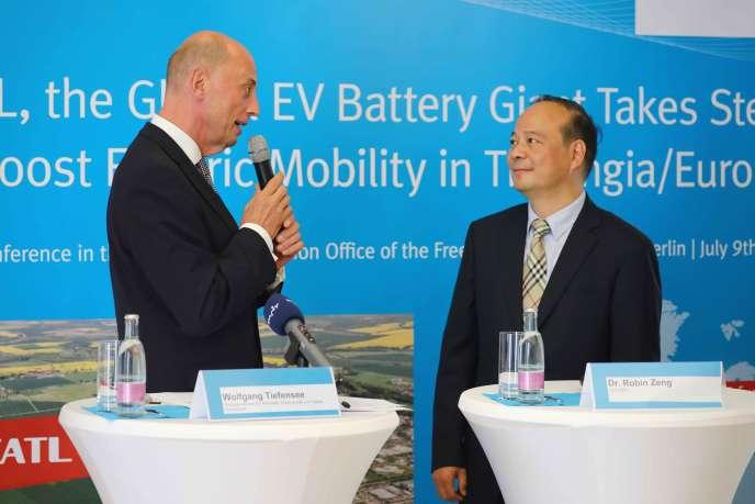 Wolfgang Tiefensee, le ministre de l'économie du land de Thuringe, etRobin Zeng, le président du groupe chinois CATL, lors d'une conférence de presse,à Berlin, le 9 juillet.