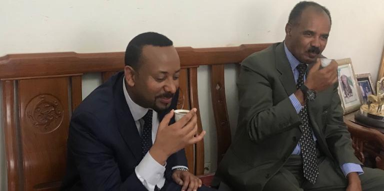 Le premier ministre éthiopien Abiy Ahmed (à gauche) accueilli par le président érythréen Isaias Afwerki.