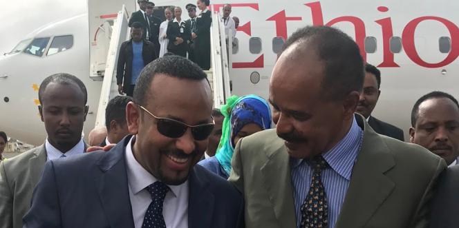 Le président érythréen, Isaias Afwerki, accueille le premier ministre éthiopien Abiy Ahmed à l'aéroport d'Asmara, le 8 juillet 2018.