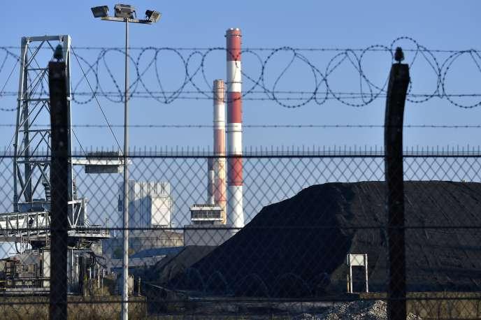 Un stock de charbon à la centrale électrique EDF de Cordemais (Loire-Atlantique), en octobre 2016.