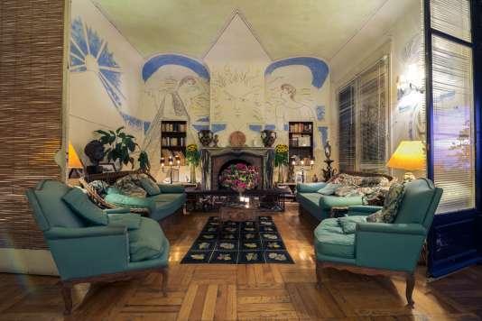 Le salon de la Villa Santo Sospir, avec les fresques de Jean Cocteau.