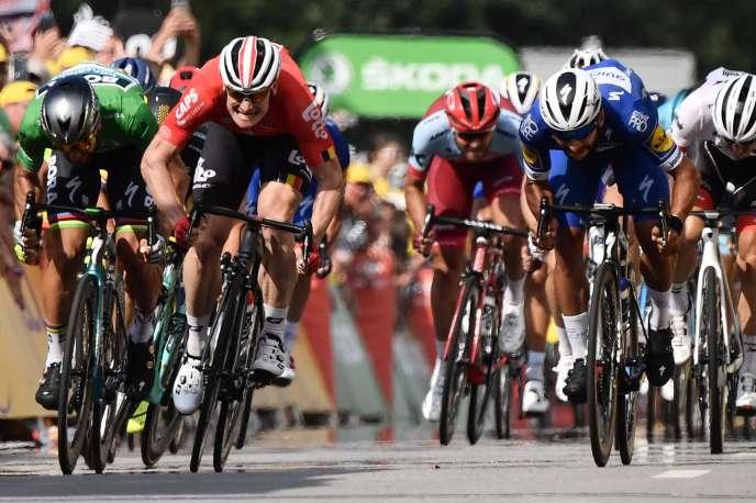 André Greipel, au centre, entouré de Peter Sagan (en vert) et Fernando Gaviria (en bleu), à l'arrivée de la 4e étape du Tour de France 2018 remportée par Gaviria.