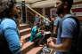 Des étudiants attendent le début de leurs cours aucentre commercial Apsara Arcade, dans l'ouest de Delhi, en mai.