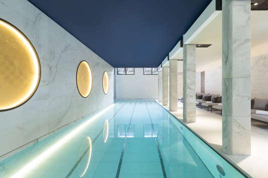 La piscine de 17 mètres recouverte de mosaïques et entourée de marbre.