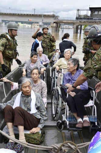 Des personnes âgées secourues à Kurashiki, le 8 juillet.