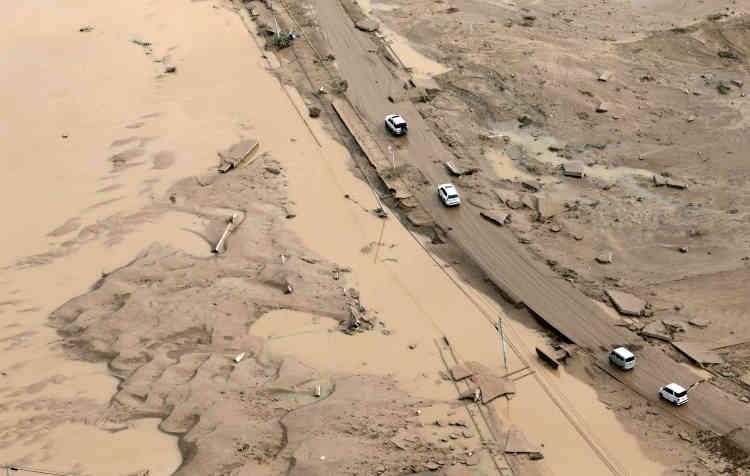 A Kurashiki, dans le quartier Mabi, coincé entre plusieurs cours d'eau et dont une large partie a été inondée, l'eau est partie, laissant le sol entièrement couvert d'une couche de couleur sable.