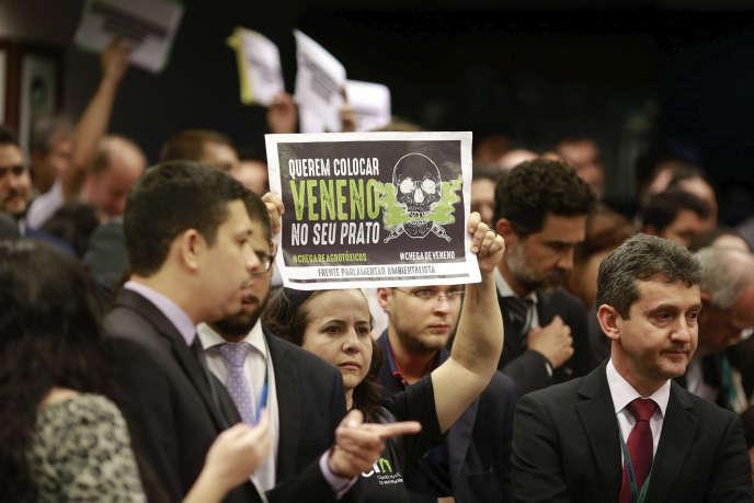Manifestation lors d'un examen du projet de loi visant à accélérer la mise sur le marché de pesticides, àBrasilia, le 16 mai.