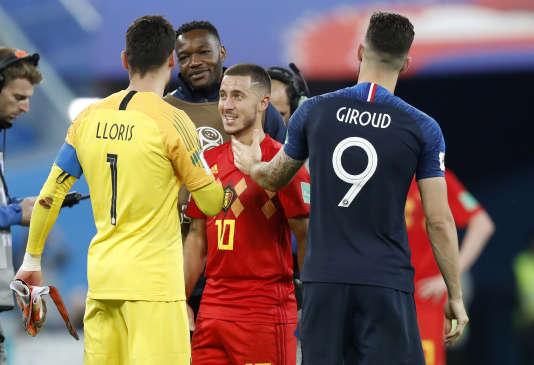 Eden Hazard salue Hugo Lloris et Olivier Giroud, à la fin du match, mardi 10 juillet à Saint-Pétersbourg.