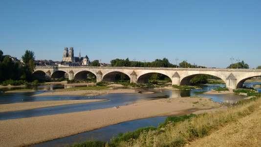 La Loire, sauvage, traverse la ville et promet de belles balades sur ses berges.