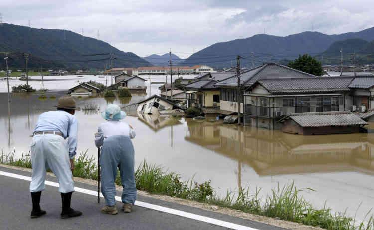 Dans la ville de Kurashiki (483 000 habitants), 8 900 foyers sont privés d'eau courante, un problème qui affecte au total plus de 200 000 maisons dans l'ensemble de la large partie de l'ouest affectée par les conséquences tragiques de ces pluies diluviennes.
