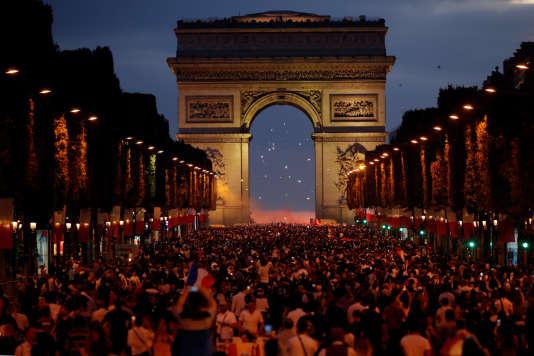 La foule célèbre la victoire des Bleus sur les Champs-Elysées, le 10 juillet 2018.