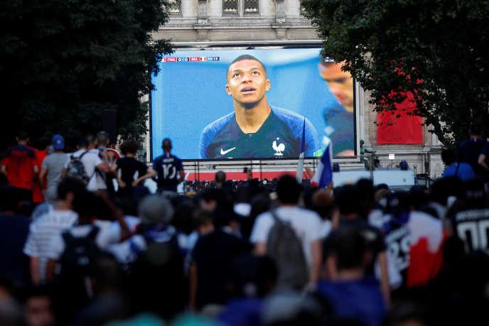 Gros plan de Kylian Mbappé, sur l'écran géant de la fan-zone de l'Hôtel de Ville, à Paris, le 10juillet 2018.