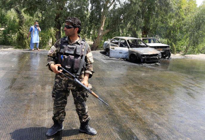 Un policier afghan sur les lieux de l'attentat, à Jalalabad, mardi 10 juillet 2018.