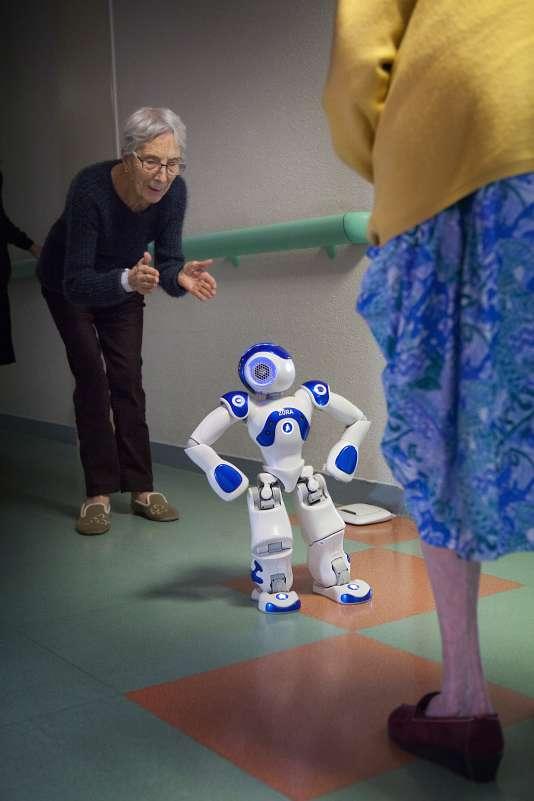 Des résidentes des « balcons de Tivoli», une Ehpad près de Bordeaux, jouent avec le robot Zora.