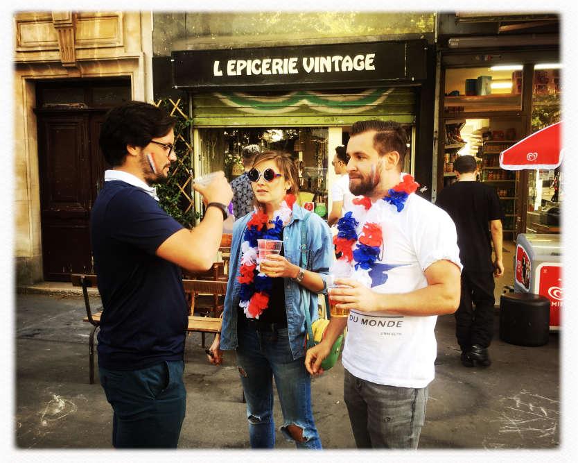 Des supporteurs de l'équipe de France, dans la rue Sorbier, dans le 11e arrondissement de Paris.